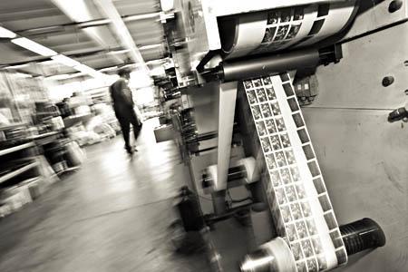 Tisk. Stroj, zaradi katerega večino naših etiket tiskamo v Ptujski tiskarni. Offset na roli. Natančni odtisi rastrov tudi na hrapavih papirjih. 13 mm, F/7,1, 1/3 sek, fleš.
