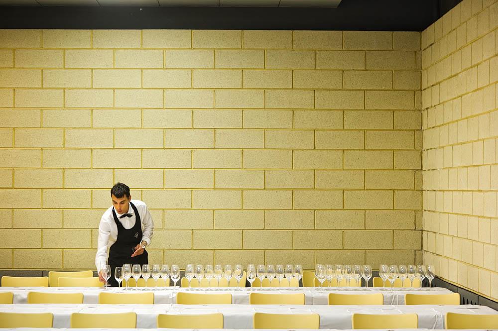 Priprave na našo degustacijo. na vsako mesto po dvanajst kozarcev za dvanajst vin. In kozarec za vodo. Ter dva grisina. Plus beležka Vinitaly s kemičnim svinčnikom in naš spremljevalni katalog. 105 mm, F/7,1, 1/40 sekunde, ISO 1600.