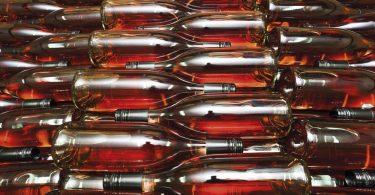 Steklenice vina rose ležeče